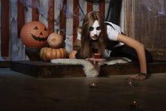Bruxa que rasteja no assoalho entre as velas fotos de stock