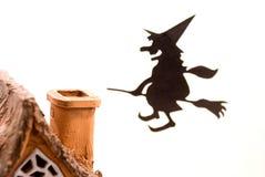 Bruxa, voando na vassoura na casa, no fundo branco imagem de stock