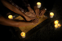 Bruxas das mulheres com o ouija espiritual da placa que chamam fantasmas Fotografia de Stock