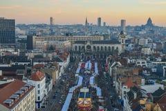 BRUXELAS, BÉLGICA - 5 de dezembro de 2016 - ideia aérea do mercado do Natal do quadrado de Catherine de Saint Fotos de Stock