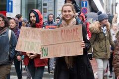 Bruxelas, Bélgica - 2 de dezembro de 2018 - mais do que 75000 pessoas tomou nas ruas de Bruxelas durante o março de ClaimTheClima fotografia de stock royalty free