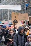 Bruxelas, Bélgica - 2 de dezembro de 2018 - mais do que 75000 pessoas tomou nas ruas de Bruxelas durante o março de ClaimTheClima fotos de stock
