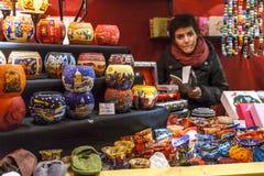 Bruxelas, Bélgica - 12 de dezembro de 2009: Bruxelas no Natal Vendedor ambulante no mercado do Natal em Sainte Catherine imagem de stock