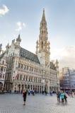 Bruxelas, Bélgica - 13 de maio de 2015: Muitos turistas que visitam Grand Place famoso de Bruxelas Imagem de Stock Royalty Free