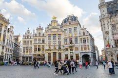 Bruxelas, Bélgica - 13 de maio de 2015: Muitos turistas que visitam Grand Place famoso de Bruxelas Foto de Stock