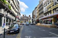 Bruxelas, Bélgica - 12 de maio de 2015: Povos na aproximação da rua à bolsa de valores de Bruxelas Imagens de Stock