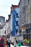 Bruxelas, Bélgica - 12 de maio de 2015: Turistas com os grafittis na parede da casa Foto de Stock Royalty Free