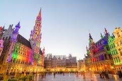 Bruxelas, Bélgica - 13 de maio de 2015: Turistas que visitam Grand Place famoso de Bruxelas Imagens de Stock Royalty Free