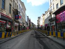 Bruxelas, Bélgica - 3 de maio de 2018: A reabilitação de estrada trabalha no ` Ixelles em Ixelles, Bruxelas de Chausse d Fotos de Stock Royalty Free