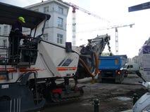 Bruxelas, Bélgica - 3 de maio de 2018: A reabilitação de estrada trabalha no ` Ixelles em Ixelles, Bruxelas de Chausse d Imagens de Stock
