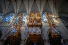 BRUXELAS, BÉLGICA 23 DE NOVEMBRO DE 2014: A catedral de St Michael e de St Gudula, catedral das pessoas de 1000 anos na capital Fotografia de Stock Royalty Free