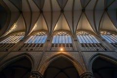 BRUXELAS, BÉLGICA 23 DE NOVEMBRO DE 2014: A catedral de St Michael e de St Gudula, catedral das pessoas de 1000 anos na capital Fotos de Stock