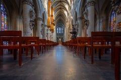 BRUXELAS, BÉLGICA 23 DE NOVEMBRO DE 2014: A catedral de St Michael e de St Gudula, catedral das pessoas de 1000 anos na capital Imagens de Stock Royalty Free