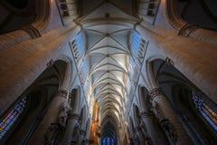 BRUXELAS, BÉLGICA 23 DE NOVEMBRO DE 2014: A catedral de St Michael e de St Gudula, catedral das pessoas de 1000 anos na capital Imagens de Stock