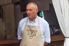 BRUXELAS, BÉLGICA - 7 DE SETEMBRO DE 2014: Homem desconhecido no avental marcado da cervejaria da palma no fim de semana belga da fotos de stock royalty free