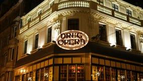 Bruxelas, Bélgica - em novembro de 2018: Restaurante de piscamento do sinal da ópera da droga no coração de Bruxelas na noite vídeos de arquivo