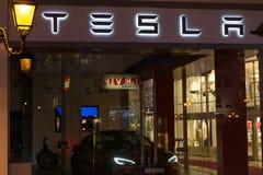 Bruxelas, Bruxelas/Bélgica - 13 12 18: a loja do tesla assina dentro Bruxelas Bélgica foto de stock royalty free