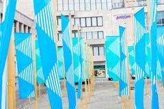 Bruxelas/Belgium-01 02 19: Bandeiras azuis em seguida à biblioteca real de Bruxelas fotos de stock royalty free