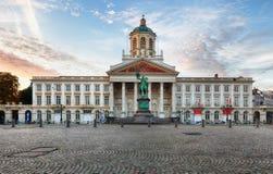 Bruxelas - quadrado real com denber de Jacques de Saint da igreja fotografia de stock