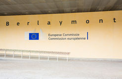 BRUXELLES, BELGIO - 9 AGOSTO 2014: Entrata edificio di Berlaymont Berlaymont alloggia le sedi della Commissione Europea Immagine Stock Libera da Diritti