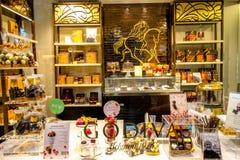 Bruxelles, Belgio - 28 giugno 2016: Il vitrina del negozio di Godiva nel Belgio Godiva Chocolatier è un produttore di choc fine p immagini stock