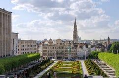 Bruxelles, Belgique - 12 mai 2015 : La visite de touristes Kunstberg ou les arts du DES de Mont (bâti des arts) fait du jardinage photo stock