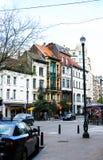 BRUXELLES, BELGIQUE - 4 MAI 2018 : les bâtiments et les voitures belges s'approchent de la lanterne photos libres de droits