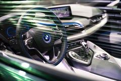 BRUXELLES, BELGIQUE - 25 MARS 2015 : La vue intérieure de BMW i8, la voiture de sport hybride embrochable de la plus nouvelle gén Image stock