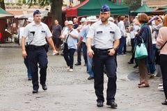 BRUXELLES, BELGIQUE - 6 SEPTEMBRE 2014 : Les inspecteurs de la police fédérale belge assure la surveillance au centre de Bruxelle Image stock