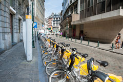 BRUXELLES, BELGIUM - AUGUST 13 2012: Line of public bycicles cit Royalty Free Stock Photography
