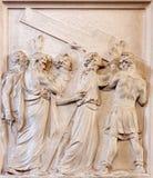 Bruxelles - il sollievo di pietra Simon degli aiuti Gesù di Cyrene porta l'incrocio in chiesa Notre Dame il du Bon Secource Immagine Stock