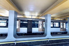 BRUXELLES - 1° MAGGIO 2015: Il treno arriva nella stazione della metropolitana della città sommergibile Immagine Stock Libera da Diritti