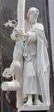 Bruxelles - statua di St Peter l'apostolo con l'incrocio, le chiavi ed il gallo nelle ricchezze aus. Claires di Notre Dame della  Fotografie Stock