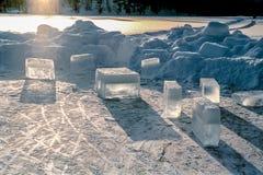 Bryła, przejrzyści lodowi bloki stoi na zamarzniętej wodzie na zimnym, mroźnym zima dniu, Obrazy Royalty Free