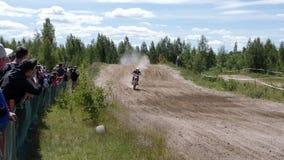 Российская Федерация 10-ое июня 2018, зона Bryansk, Ivot - весьма спорт, перекрестный motocross Мотоциклист входит в акции видеоматериалы