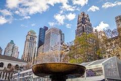 Bryant Park Fountain e construções - New York, EUA fotografia de stock royalty free