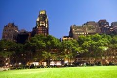 Bryant Park in New York nachts Stockfotos