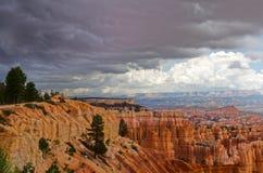 Bryce峡谷与红砂岩的横向照片 免版税库存照片