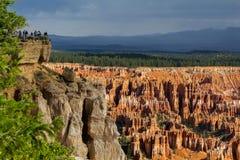 Bryce Canyon de Bryce Point com os turistas no ponto de vista Imagem de Stock