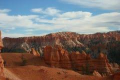 Bryce Canyon em um céu azul com nuvens Foto de Stock