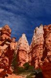 Bryce Canyon Monoliths, cieli blu viscosi delle nuvole dei cieli blu immagini stock libere da diritti