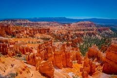 Bryce Canyon National Park-Landschaft, Utah, Vereinigte Staaten Naturszene, die schöne Unglücksboten, Berggipfel und Helme zeigt stockfotografie