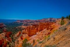 Bryce Canyon National Park-Landschaft, Utah, Vereinigte Staaten Naturszene, die schöne Unglücksboten, Berggipfel und Helme zeigt lizenzfreie stockfotografie