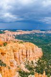 Bryce Canyon på en stormig dag med lightings och åskar arrivin royaltyfri bild