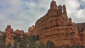Bryce parkerar rött vaggar sikt på våren Arkivbild