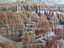Abgefressene rote Felsen und Hoodoos im Bryce Schlucht-Nationalpark Lizenzfreie Stockfotografie