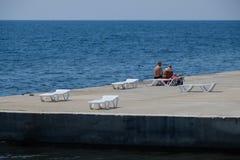 Bryczka hol jest biały na kamienistej plaży linią brzegową Bryczka hol morzem Zdjęcie Stock