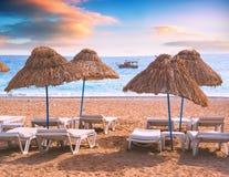 Bryczka hol pod słomianymi parasolami na plaży obrazy stock