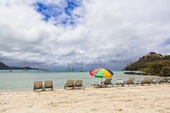 Bryczka hole i Plażowy parasol Obrazy Stock