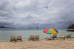 Bryczka hole i Plażowy parasol Zdjęcia Stock